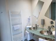 Salle de bains chambre confort de L'Hôtel à Chartres